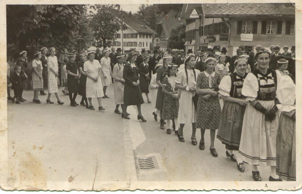 Vor Ihr Ist Marie Bieri Vom Multigschwand, Die Spätere Frau Krummenacher  Vom Horn. Im Hintergrund Das Laubenhaus.